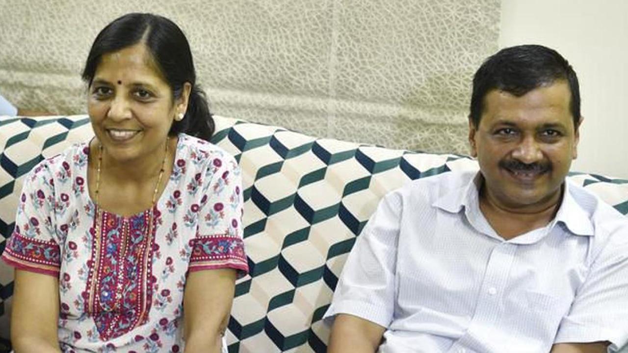 अरविंद केजरीवाल की पत्नी Sunita Kejriwal हुई कोरोना से संक्रमित, CM ने भी खुद को किया क्वारंटीन