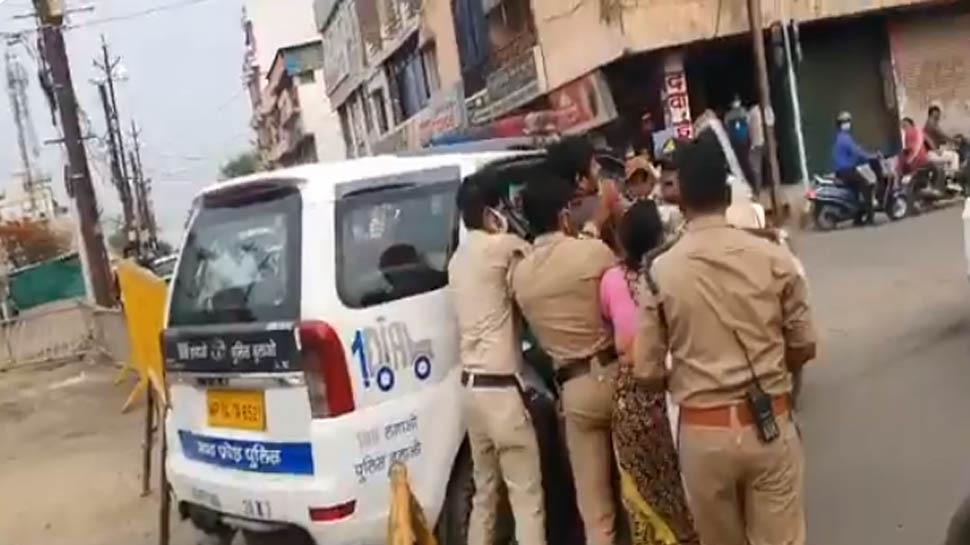 कोरोना टेस्ट कराने जा रहे बेटे को किया गिरफ्तार, मां करती रही मिन्नतें, पुलिस गाड़ी में ठूंसकर ले गई थाने