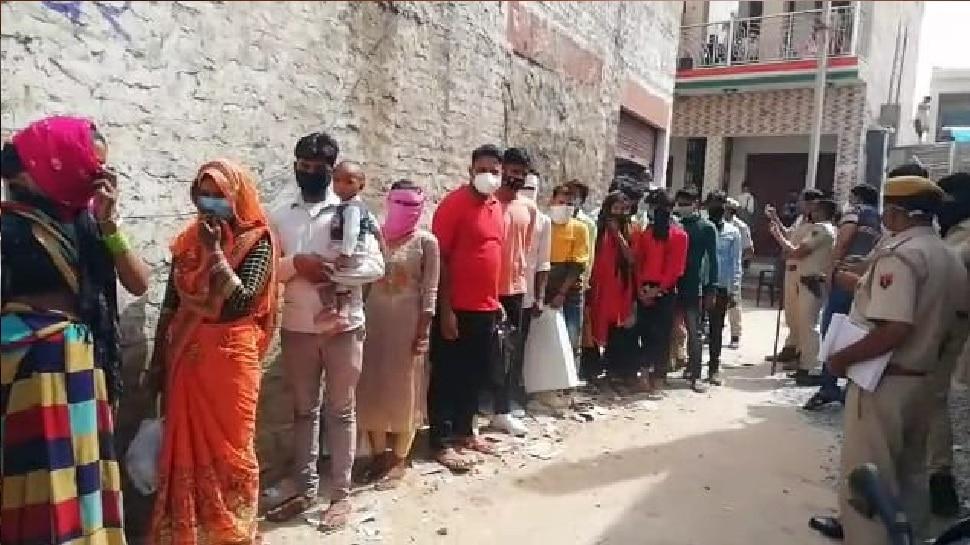 Dholpur : बंद शोरूम पर पुलिस ने मारी Raid, तभी अंदर से निकले  35 से 40 महिला और पुरुष