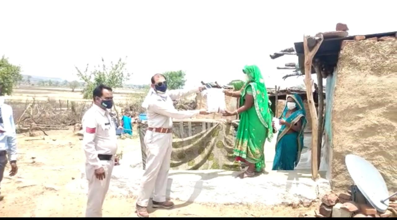 Salute: पुलिस बनी मसीहा! भटकते लोगों को दिखा रही राह!