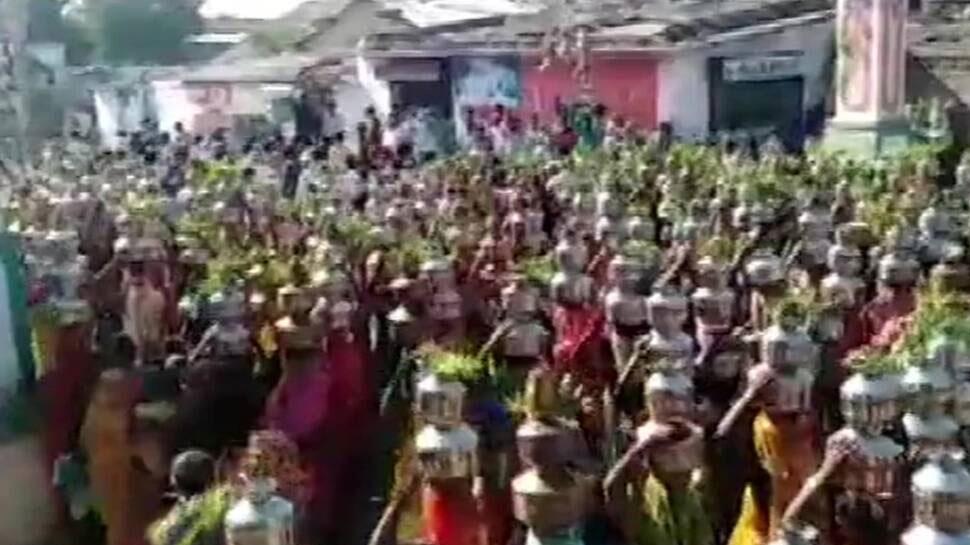 गुजरात: कोरोना भगाने के लिए जल चढ़ाने पहुंचे हजारों लोग, नियमों की उड़ी धज्जियां; 24 गिरफ्तार