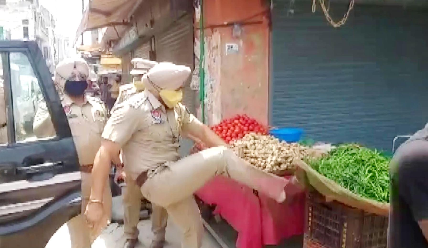 रेहड़ी पर लात मारकर SHO ने गिराई सब्जियां, DGP ने लिया बड़ा एक्शन, हो रही है तारीफ,  देखें VIDEO