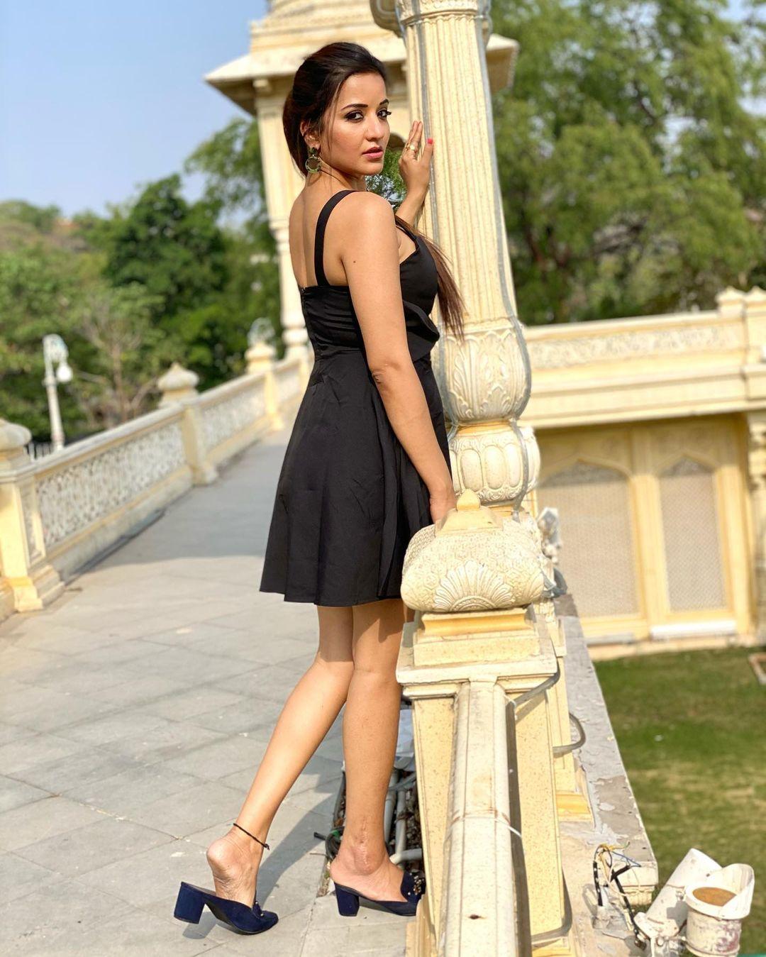 Monalisa in Black Dress Photos Viral