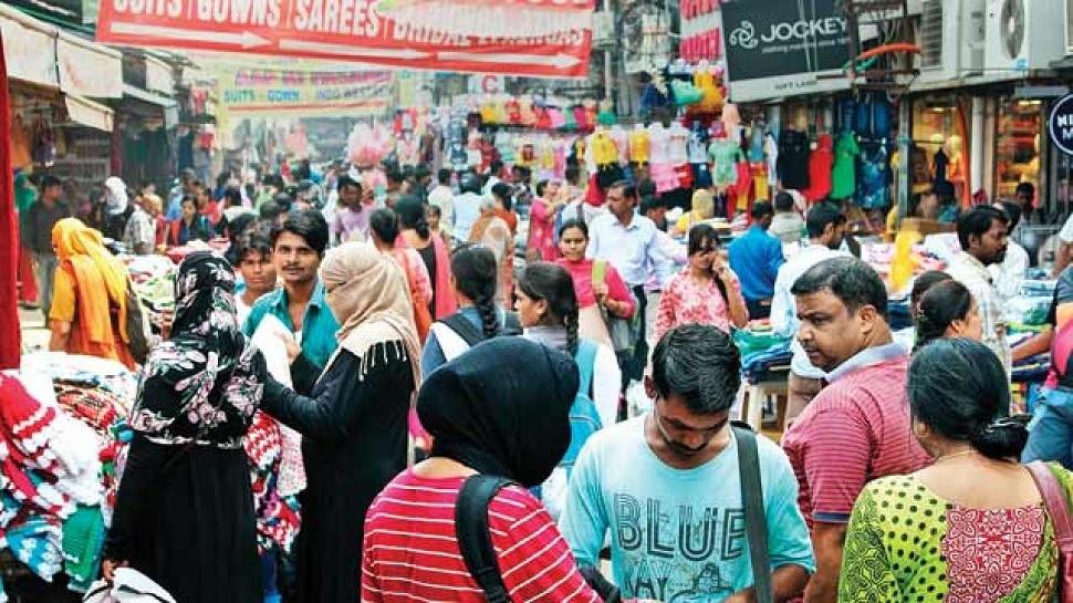 Chittorgarh: लॉकडाउन की भनक से सड़कों पर दिखी भीड़, कोविड नियमों का बनाया 'मजाक'