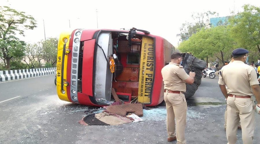 दिल्ली से कानपुर जा रही बस नोएडा में पलटी, 12 यात्री हुए घायल