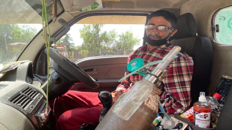 श्रीनगर: खुद ऑक्सीजन के भरोसे जिंदा हैं मंजूर अहमद, फिर भी कोरोना पॉजिटिव लोगों तक पहुंचा रहे सिलेंडर