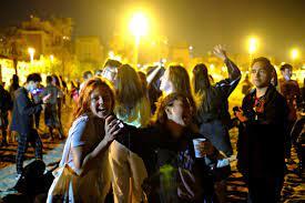 स्पेन में 6 महीने बाद लॉकडाउन हटा तो सड़कों पर मनाया जश्न, खुलेआम किया KISS