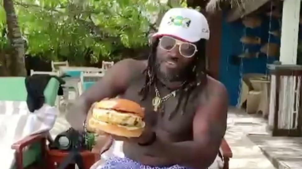 Chris Gayle ने खाया लाइफ का सबसे बड़ा बर्गर, VIDEO में दिया ये मजेदार रिएक्शन