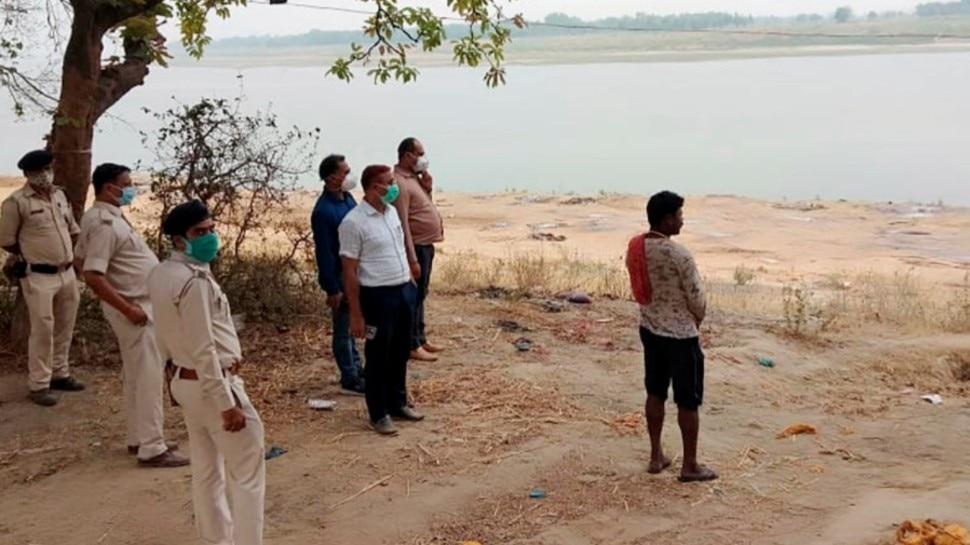 बिहार में अब तक गंगा नदी से निकाले गए 73 शव, जेसीबी से दफनाने का काम जारी