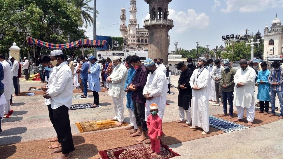 प्रयागराज और जम्मू-कश्मीर के कई इलाकों में मनाई जा रही ईद