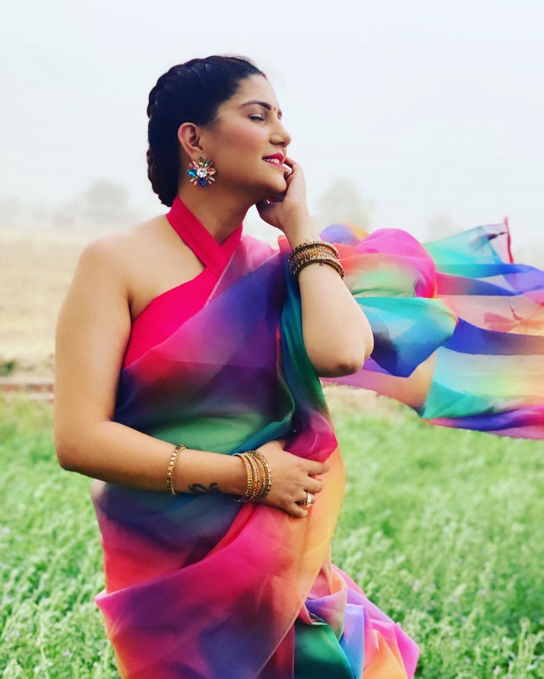 Sapna Choudhary looking so beautiful in Multicolor Saree- See Photo | Sapna Choudhary ने खेतों में यूं लहराया पल्लू, PHOTOS देख लट्टू हो गए फैंस | Hindi News,