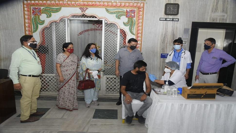 RHB ने वैक्सीनेशन कैंप का किया आयोजन, टीका के बाद लोगों ने सेल्फी-स्नैक्स का उठाया लुफ्त