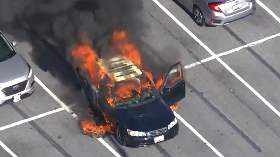 Smoking के दौरान Hand Sanitizer का इस्तेमाल पड़ा भारी, कार बन गई आग का गोला; मुश्किल से बची Driver की जान