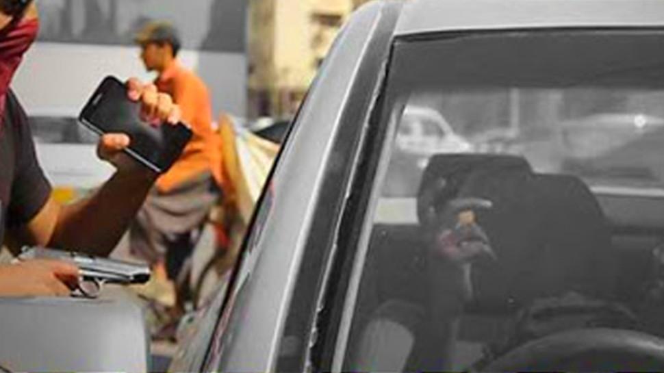 चलती कार में कैबिनेट मंत्री से फोन छीन भागा बदमाश, देखता रह गया अमला