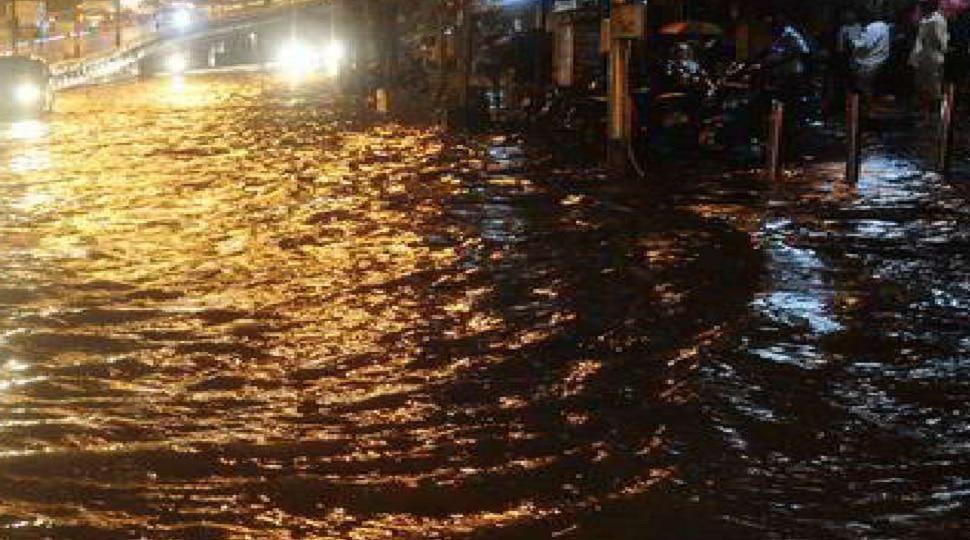 बेतिया: बारिश के बाद जलजमाव से ग्रामीण परेशान, प्रशासन के खिलाफ की नारेबाजी