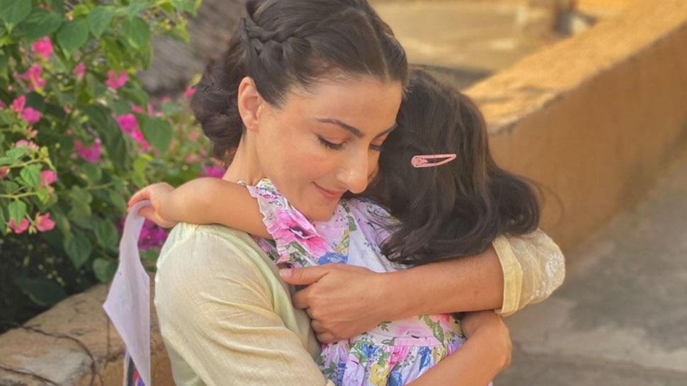 नन्हीं Inaya Khemu ने Soha के साथ खिंचवाई तस्वीर, मैचिंग ड्रेस में दिखी मां-बेटी की क्यूट केमिस्ट्री