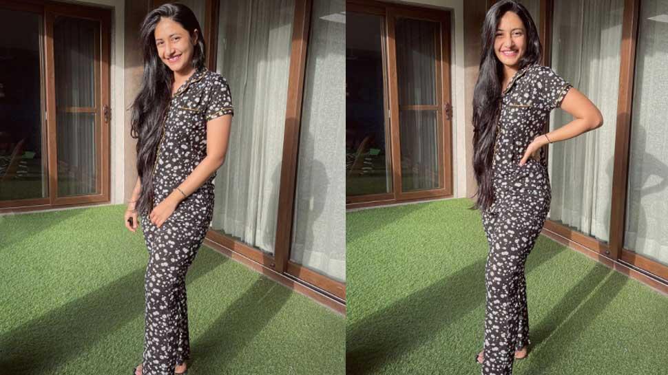 Dhanashree Verma का Sunday Morning Look बना रहा है दीवाना, पजामा की दुनिया में खो गईं Chahal की वाइफ