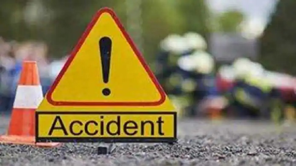 लखनऊ-कानपुर हाईवे पर भयंकर हादसा, दो ट्रक के बीच दबी कार, 2 की मौत