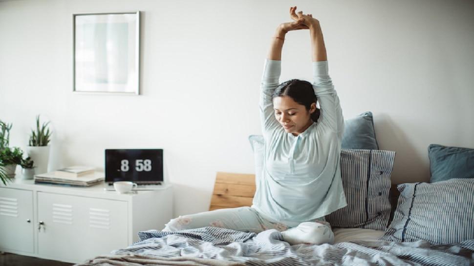 मॉर्निंग में उठने से पहले बेड पर ही करनी चाहिए ये जरूरी स्ट्रेचिंग एक्सरसाइज