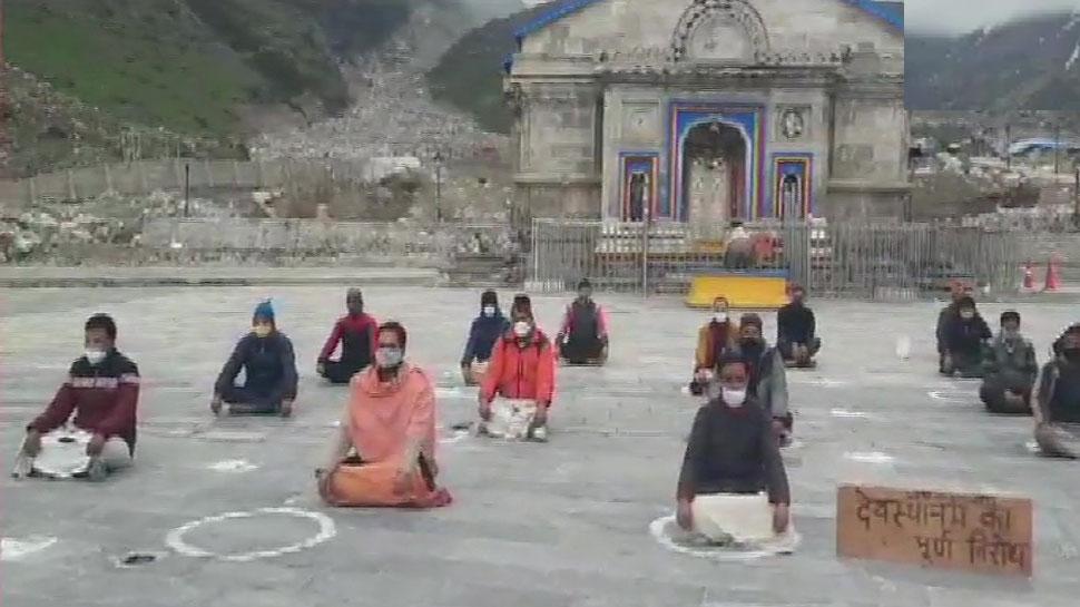 Kedarnath में अनोखा प्रदर्शन, मंदिर की पुजारियों ने की ये मांग