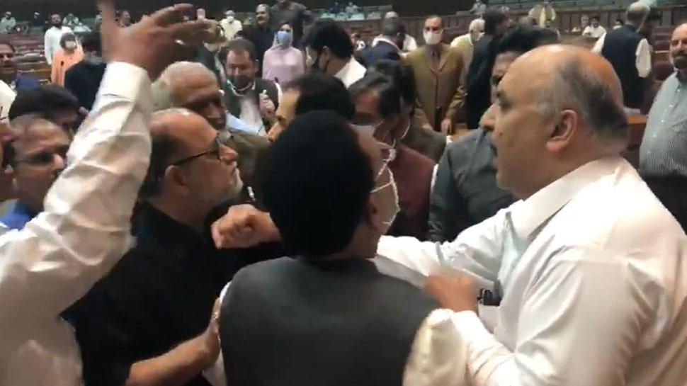 पाकिस्तानी सांसदों की शर्मनाक हरकत, संसद में दीं गंदी गालियां; जमकर की धक्कामुक्की