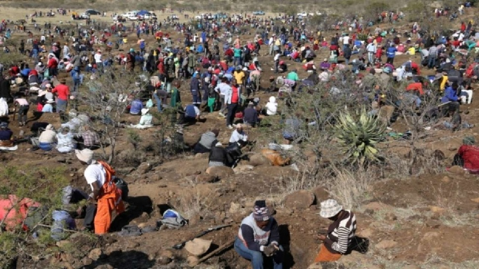 Bright stones found in the village of South Africa, hundreds of people digging the ground thinking of diamonds