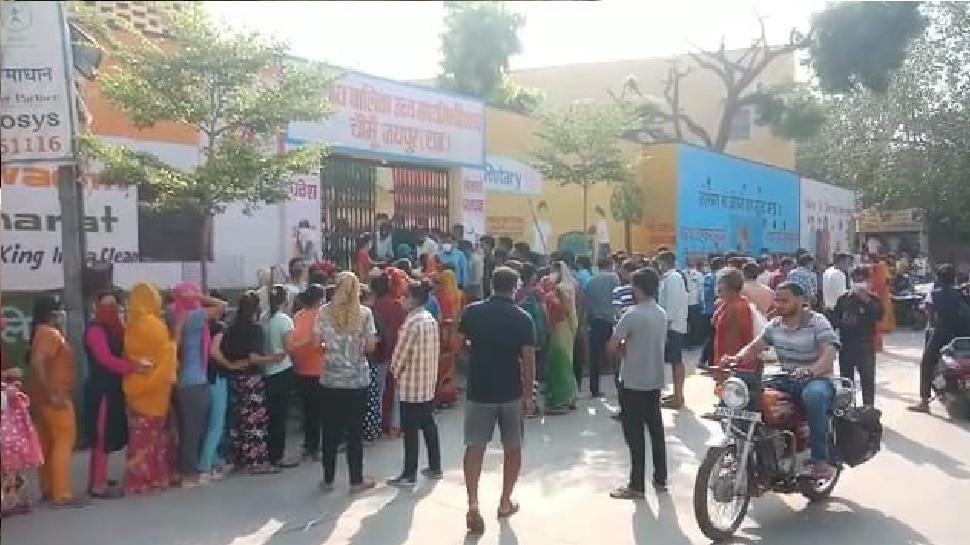 Jaipur : चौमूं में वैक्सीनेशन सेंटर पर दिखी लापरवाही की तस्वीर, अव्यवस्थाओं के चलते लगी भीड़