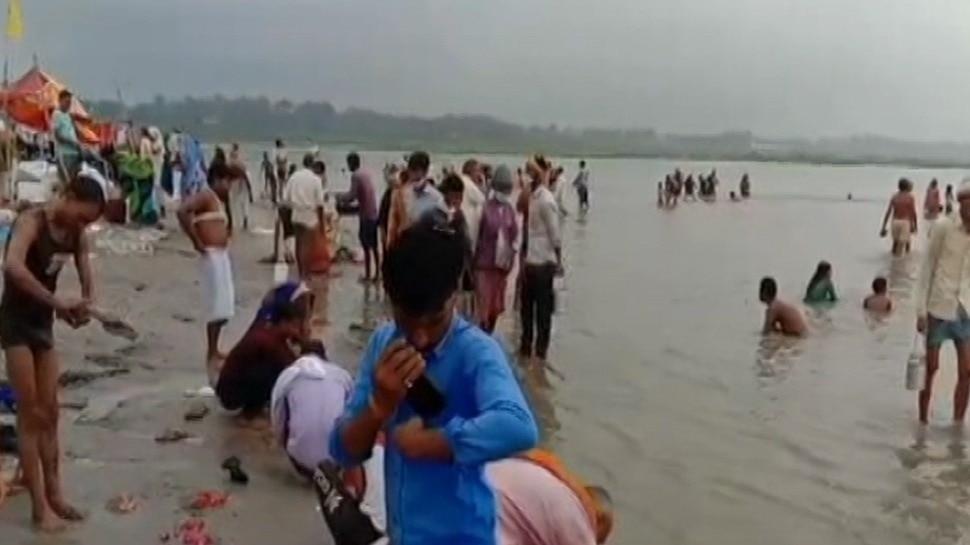गंगा दशहरा पर श्रद्धालु संगम में लगा रहे आस्था की डुबकी, जानें स्नान-दान का  शुभ मुहूर्त - Hindustan News
