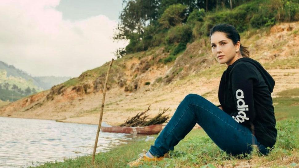 अच्छी फोटो खिंचवाने के लिए पानी के बीच ऐसे मेहनत करते दिखीं Sunny Leone, देखें वीडियो