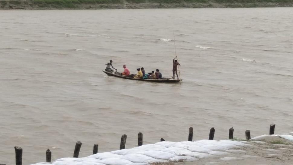मुजफ्फरपुर के एक दर्जन गांवों में 6 महीने नाव का सहारा, बरसात में घाट-चचरी पुल के साथ बही लोगों की उम्मीद