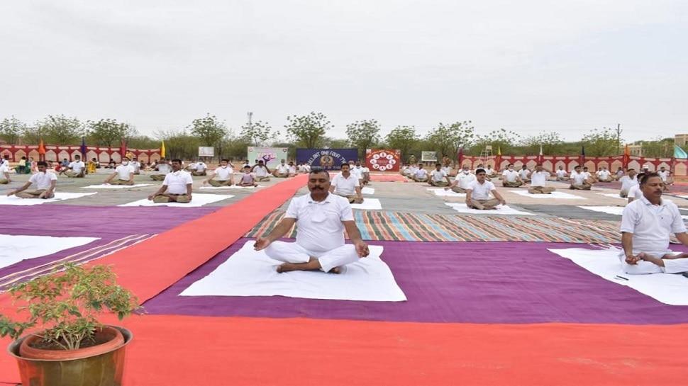 BSF के जवानों ने किया योगाभ्यास, कमांडेंट ने कहा-योग में मिलती है सामंजस्य एवं शांति