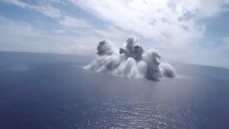 US ने समंदर में दागा 18,000 किलो का बम, कांपी धरती, आया भूकंप; VIDEO वायरल