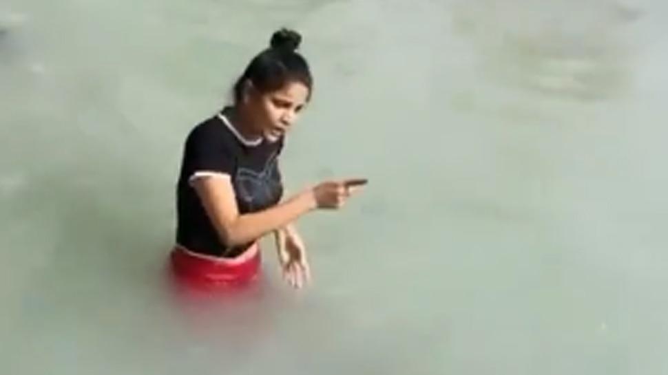 नहा रही थी लड़की, तभी हुआ कुछ ऐसा कि निकल आई जोरदार चीख; देखें Video