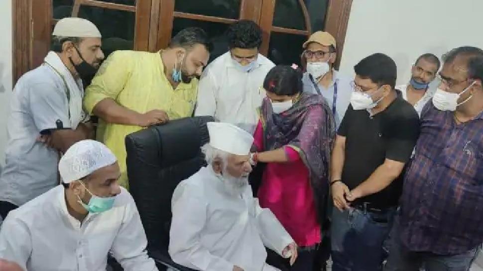 ''अल्लाह के सामने गिड़गिड़ाने से खत्म होगा कोरोना'' कहने वाले सपा सांसद ने लगवाई वैक्सीन