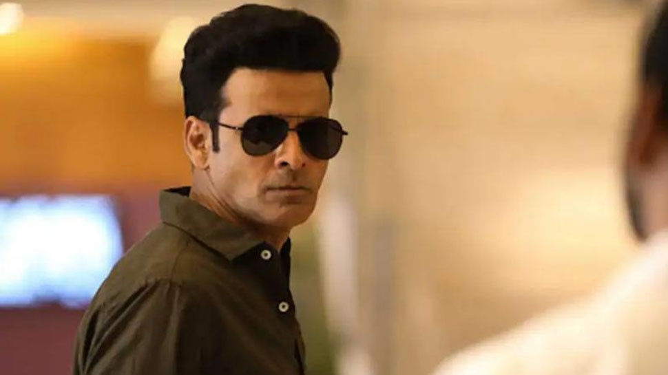 When Sunil Grover touched The Family Man actor Manoj Bajpayee feet at the Event |  When Sunil Grover touched Manoj Bajpayee's feet, this was the reaction of 'Family Man'