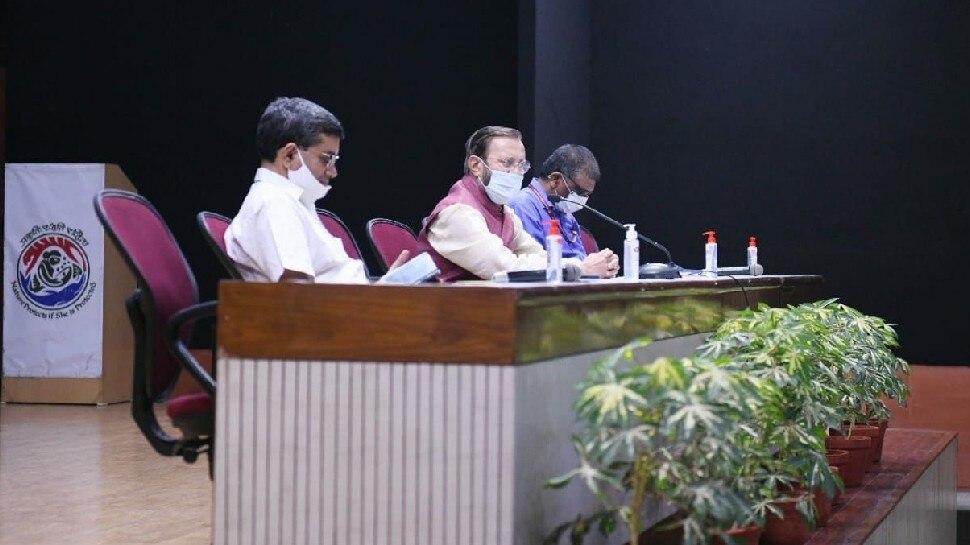 कोरोना संकट के बीच जब केंद्रीय मंत्री Prakash Javadekar ने बुलाई अनोखी बैठक, कर्मचारियों से जाना परिवार का हाल