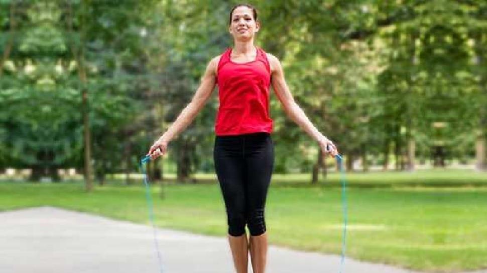 health benefits of jumping rope jump rope for weight loss janie rassi kudne ke fayde brmp | Benefits of jumping rope: पेट की चर्बी घटाना है तो रोज कूदें रस्सी, मिलेंगे जबरदस्त फायदे, बस ये सावधानी रखना जरूरी