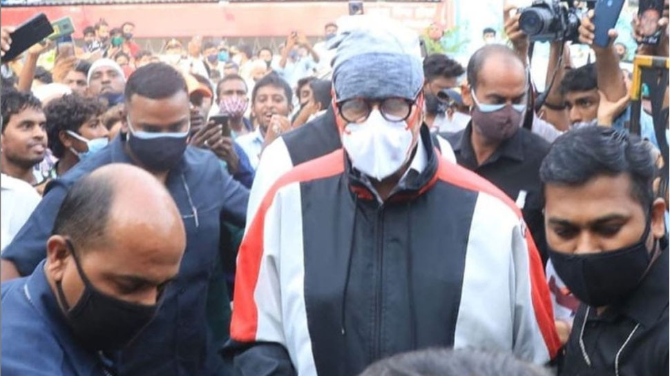 Amitabh Bachchan and Abhishek Bachchan at Dilip Kumar Funeral Place Fans Shouted and Blocked the Passage |  Amitabh Bachchan went straight to the graveyard to see Dilip Kumar, this was the reaction of the public