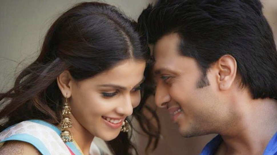 Riteish Deshmukh Kissed Wife Genelia D'Souza But Dog Has Come |  Riteish Deshmukh was going to kiss his wife, closed his eyes and then the dog entered