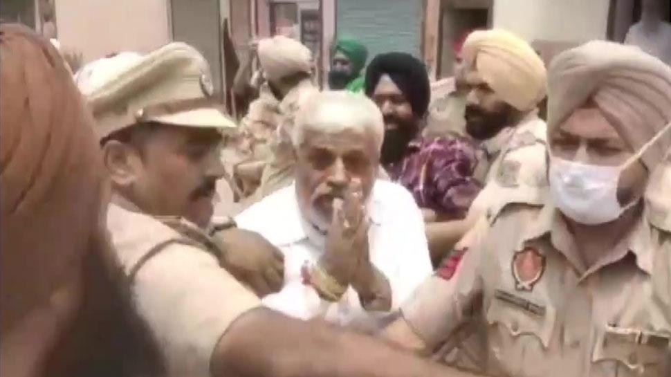 Farmer protesters attacked BJP leader beat and tore his clothes in patiala punjab latest news | Farmers Protest: BJP नेता पर किसान प्रदर्शनकारियों का हमला, मारपीट कर कपड़े फाड़े | Hindi News, देश