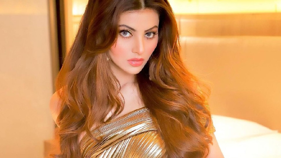 Urvashi Rautela post her photo in golden dress, says boys can you kiss me more |  Urvashi Rautela is making a strange demand, posting a photo and said- Can you kiss me more!