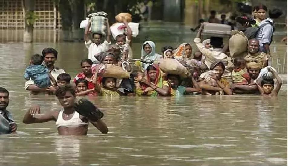 Bihar: बिहार में नदियों की 'मनमानी',पश्चिम चंपारण में सड़कों पर आसरा ले रहे हैं लोग