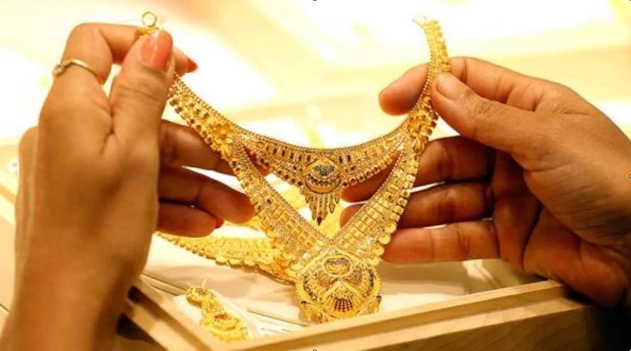 Gold Price: लगातार 5 दिनों से गिर रहे सोने के दाम, रिकॉर्ड कीमत से 8,300 रुपये सस्ता हुआ सोना