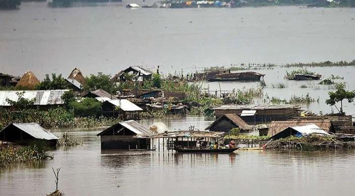China में बाढ़ का कहरः हजारों लोग बेघर, कई शहरों की सड़कें पानी में डूबी