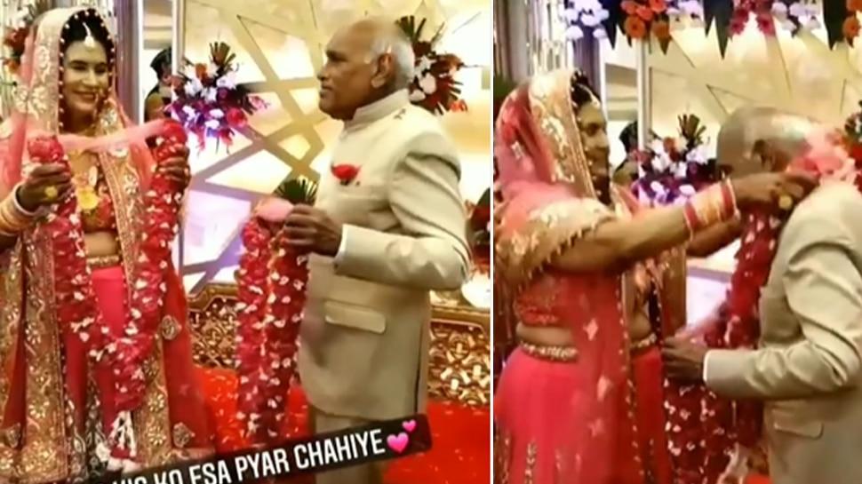 बुजुर्ग ने फिर रचाई शादी, जैसे ही डाली वरमाला तो शरमाकर दुल्हन ने किया कुछ ऐसा- देखें VIDEO