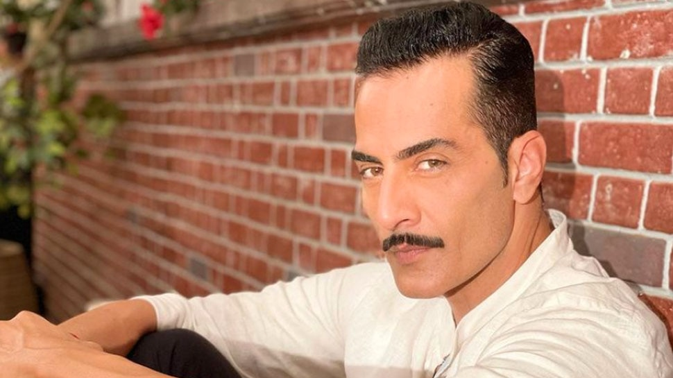 Anupamaa Fame Actor Sudhanshu Pandey Singing Gulabi Aankhein with the Gang Video Getting Viral |  Vanraj Shah's style has never been seen in Anupamaa, this special video is going viral