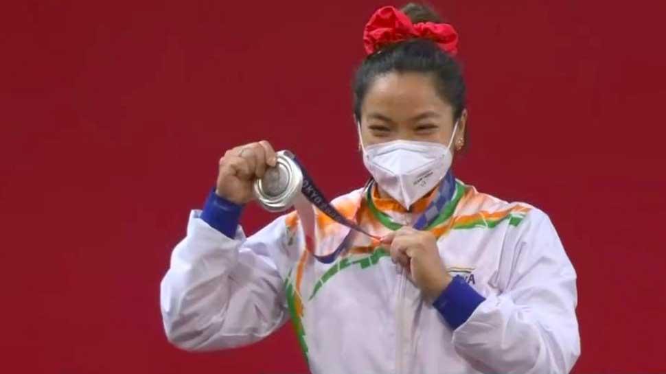 Tokyo Olympics में खुला भारत का खाता, Weightlifting में Mirabai Chanu ने जीता Silver