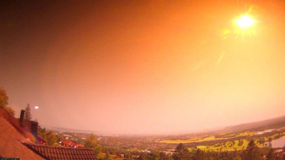 अचानक Norway में रात को Yellow Light से भर गया Sky, फिर गिरा आग का गोला बना उल्कापिंड; Video Viral