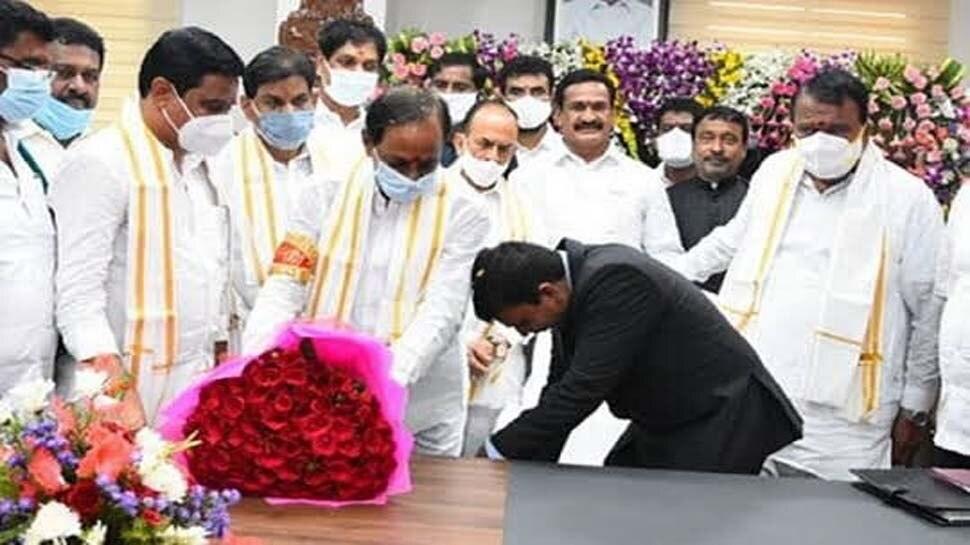 DM ने भरी सभा में छू दिए CM के पांव, मच गया बवाल, राष्ट्रपति के पास पहुंची शिकायत