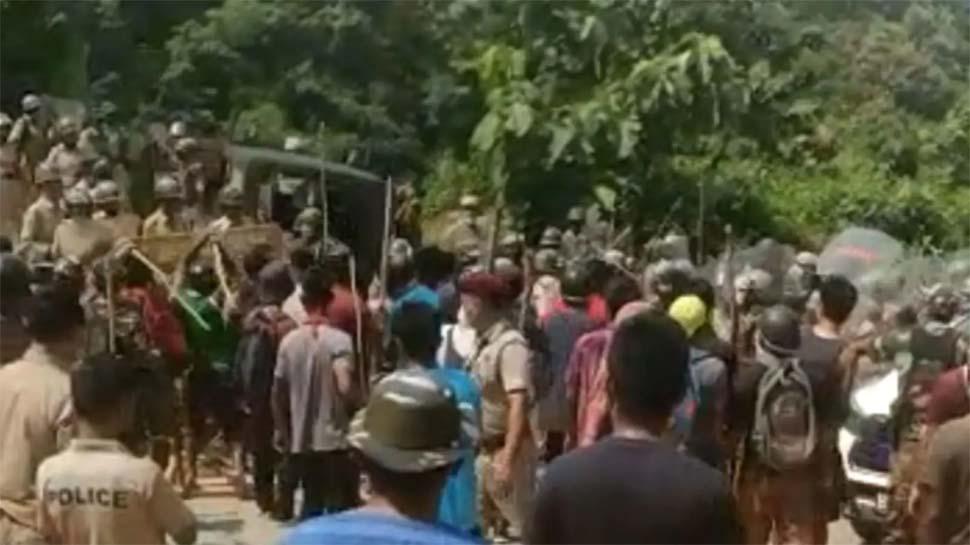 मिजोरम-असम सीमा पर तनावः गाड़ियों में तोड़फोड़, कई घर आग के हवाले, दो गुटों में जमकर पत्थरबाजी